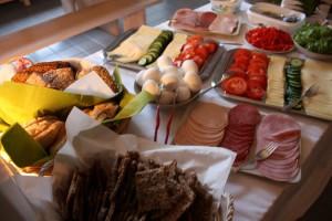 Kapuan aamiaisbrunssilla oli tarjolla mm. itsetehtyä näkkileipä, saaristolaisleipää, juustokakkua, vohveleita, perunasalaattia ja smoothieita, nam.