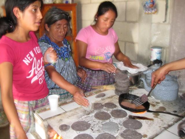 Tortillojen tekoa