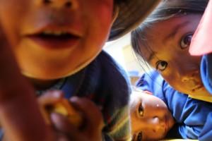 Vaikkei meillä ollut lasten kanssa yhteistä kieltä niin katseilla, hymyillä ja leikillä syntyi yhteys.