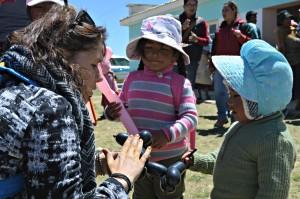 Kapuajat ilahduttivat bolivialaisia lapsia ilmapallokoirilla.