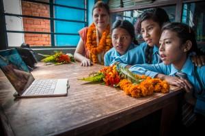 Suomalaisten oppilaiden videotervehdys kiinnosti koululaisia Katmandussa. Kuva: Reko Ukko