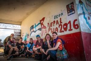 Kapuajat maalasivat yhdessä paikallisten nuorten kanssa seinämaalauksen koululle. Kuva: Reko Ukko