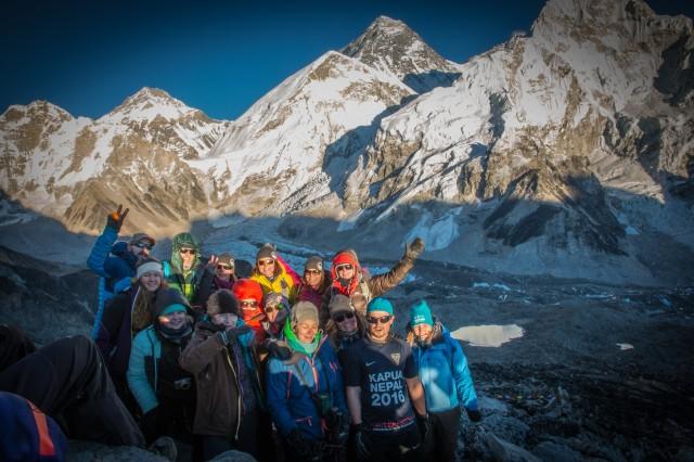 Kapua 2016 Nepal -tiimi Kala Patharin huipulla. Taustalla Mt. Everest. Kuva: Reko Ukko.